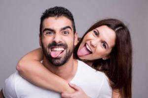 парень и девушка показывают язык
