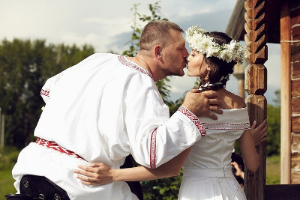 пара в традиционных нарядах
