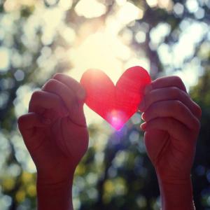 бумажное сердечко в руках