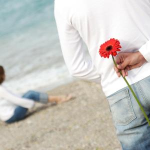 парень с цветком за спиной