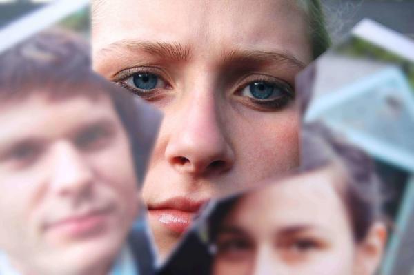 расстроенная женщина, порванное фото