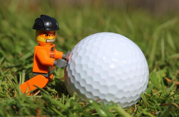 лего человечек с мячом для гольфа