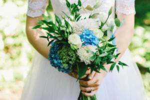 букет в руках невесты
