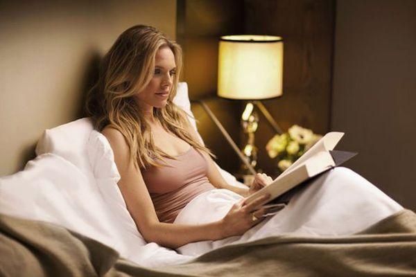 девушка читает книги