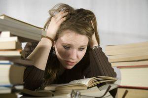 девушка нервничает перед экзаменом