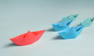 разноцветные бумажные кораблики