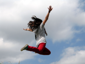 девушка в прыжке