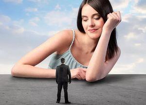 девушка манипулирует мужчиной