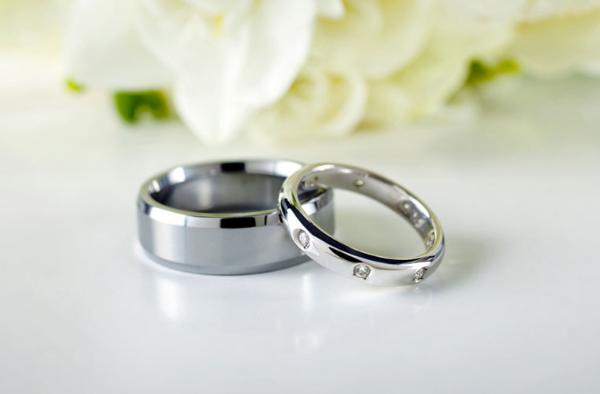 кольца на фоне цветов