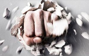 кулак, разрушающий стену