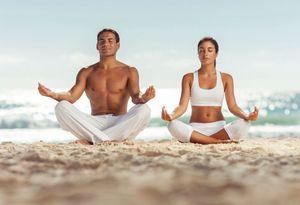 парень с девушкой медитируют