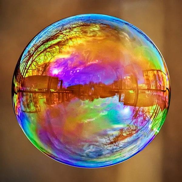 радужный мыльный пузырь