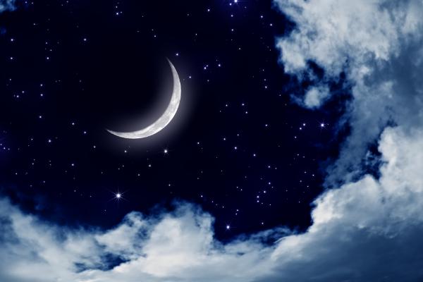 месяц на ночном небе
