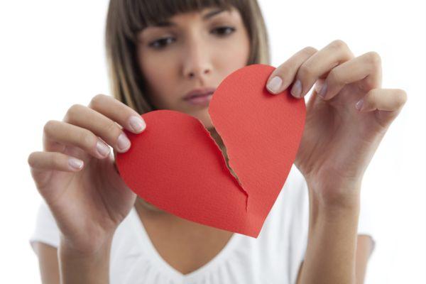 девушка с сердцем в руках