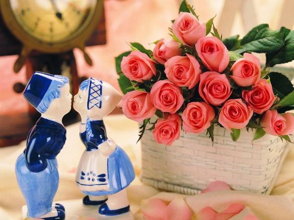 картинка с розами и статуатками