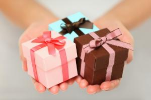 три подарка в руках