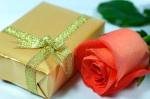 подарок и роза