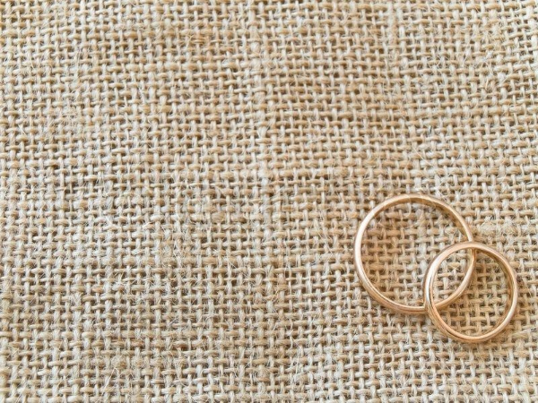 кольца на льняной ткани