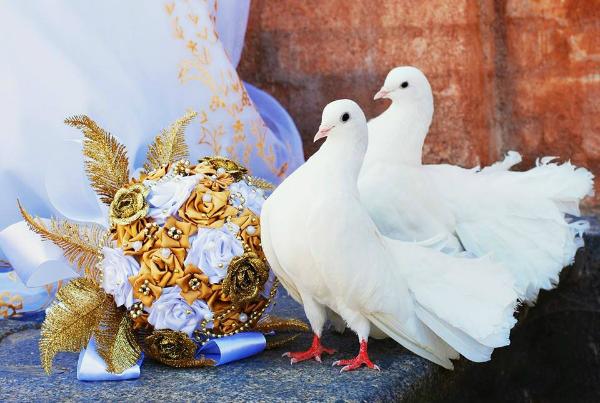 пара голубей и букет