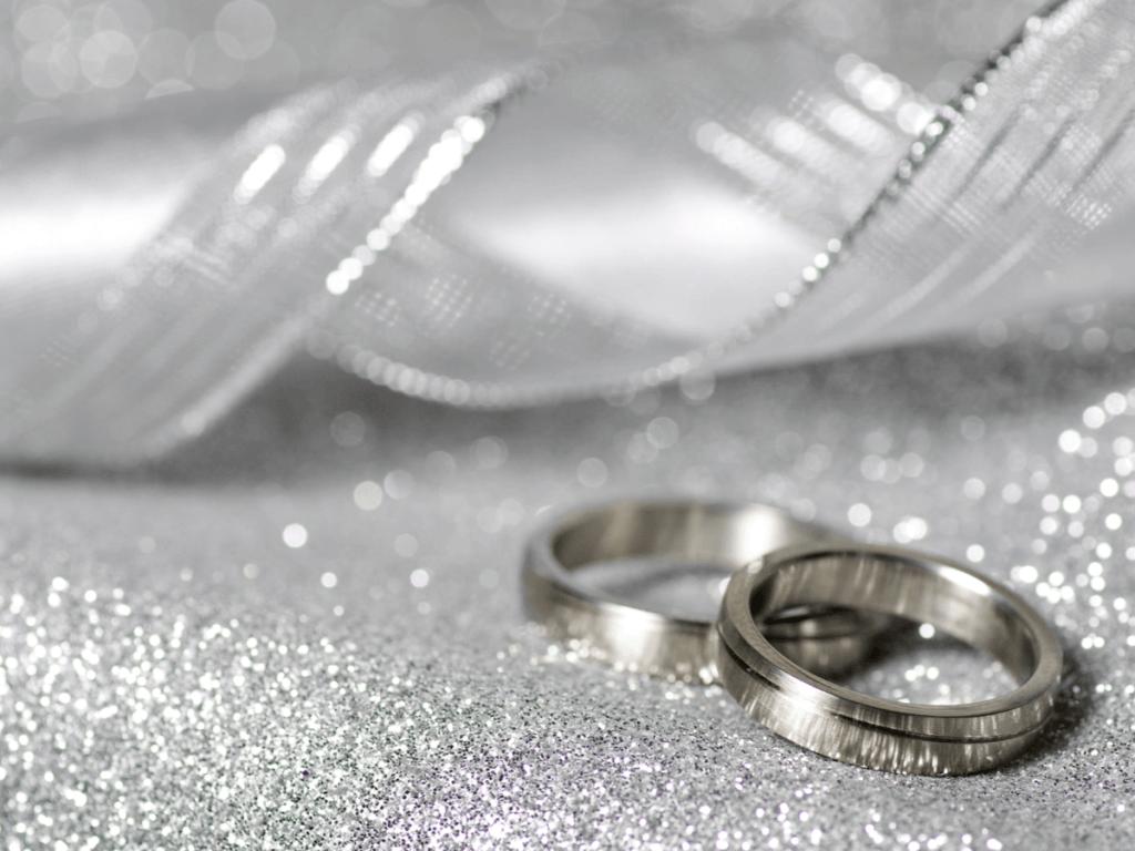 кольца на серебряном фоне
