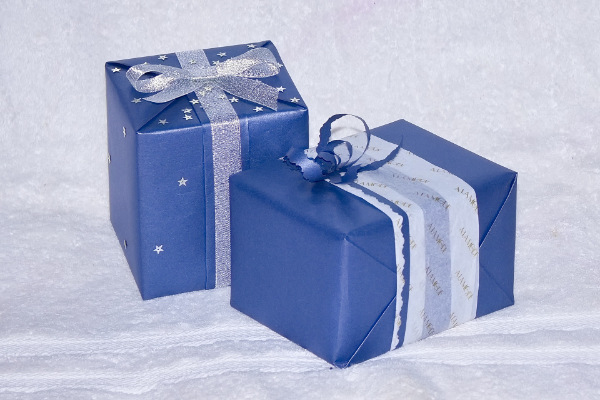 подарок в синей упаковке