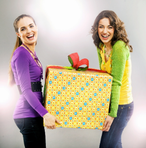 девочки держат подарок