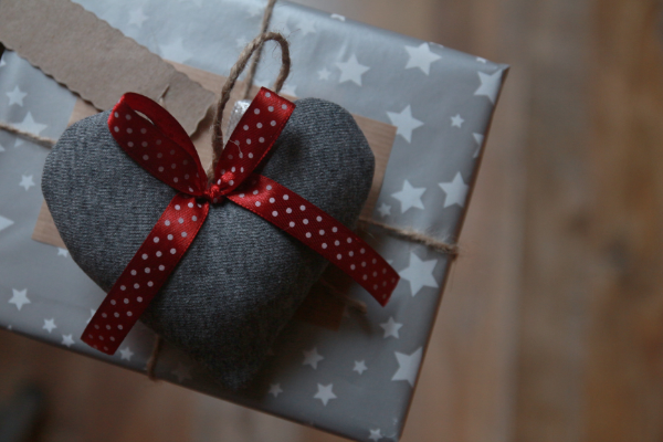 коробка подарка украшенная сердечком