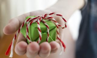 подарок в руке