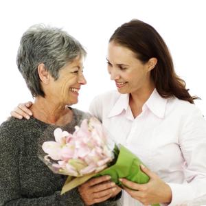 дарит женщине цветы