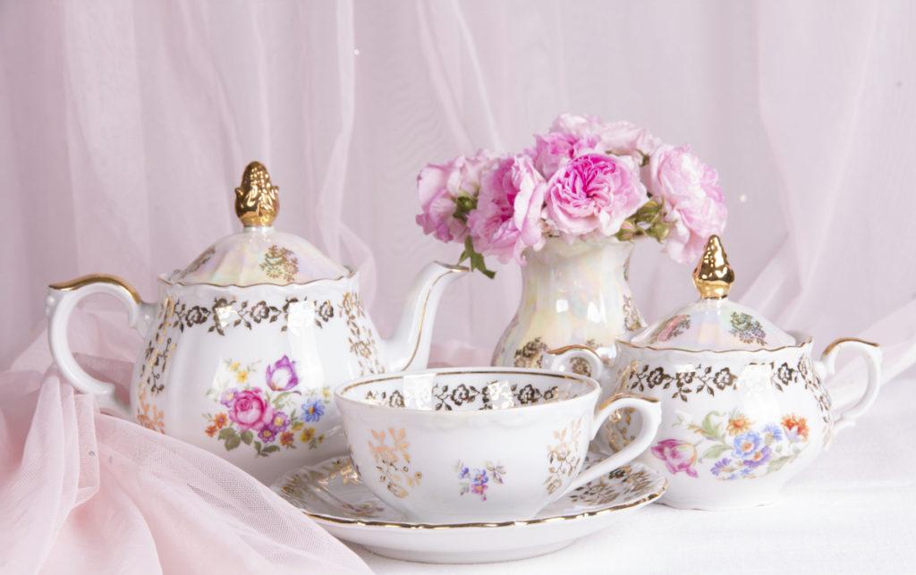 фарфоровый набор на столе с цветами