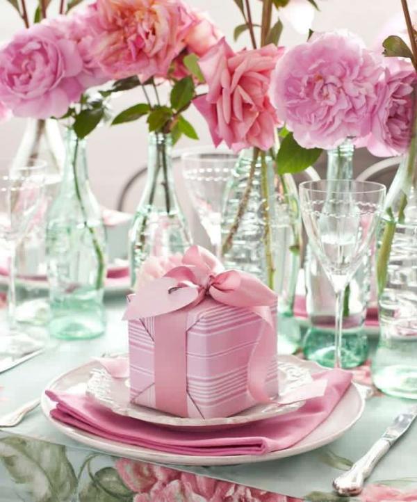 подарок и розы на столе