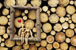 деревянные человечки на фоне дерева