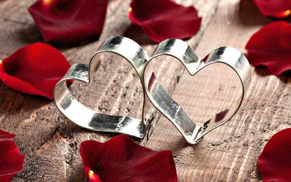 сердечки и лепестки роз