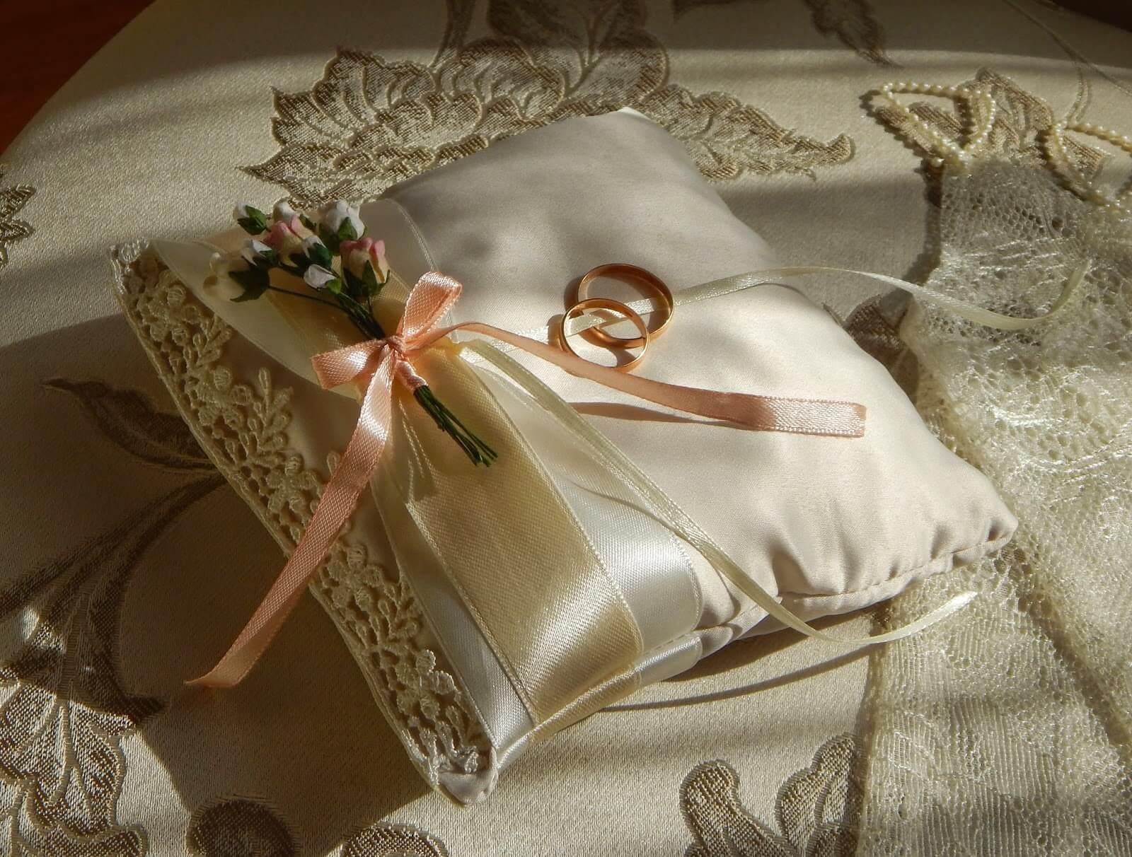 атласная подушка для колец