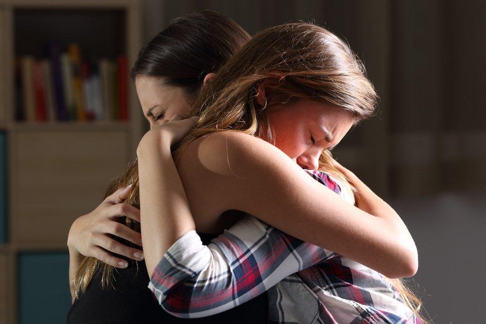 мама обнимает дочку