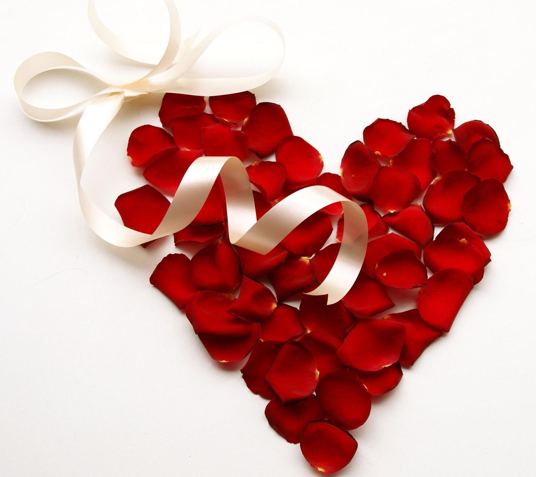 сердечко из лепестков роз