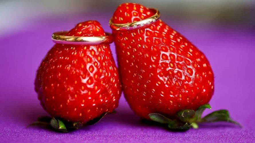кольца на ягодах клубники