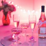 бутылка, бокалы, розовый фон