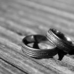 кольца на сером фоне