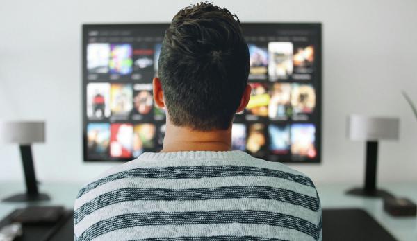 мужчина смотрит телевизор