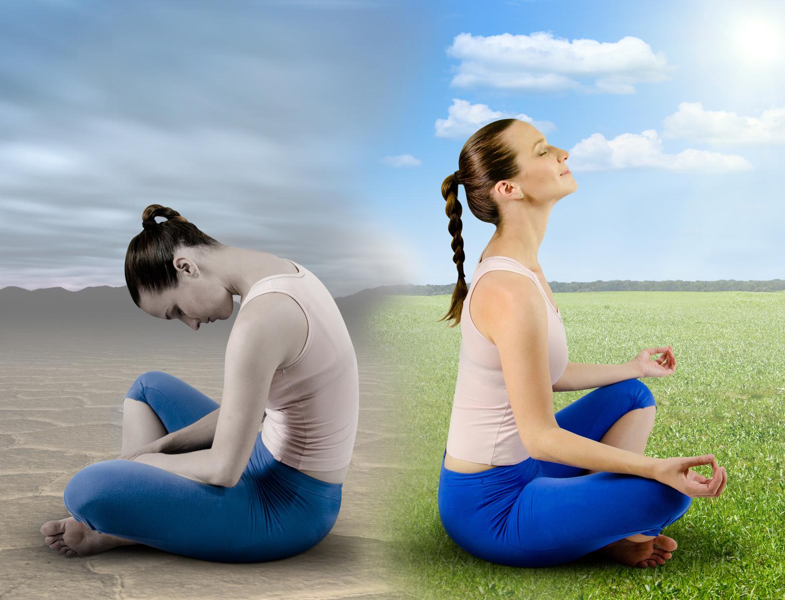 девушка занимается медитацией