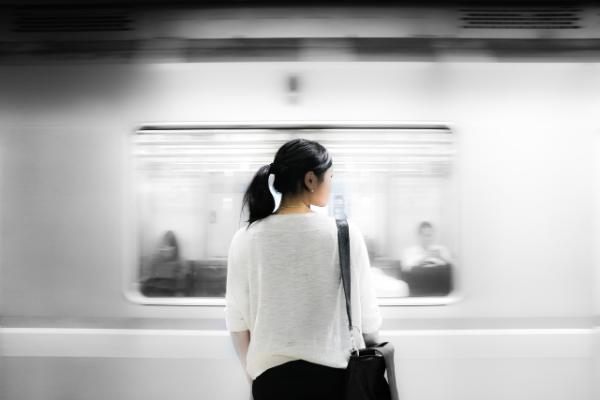 девушка на фоне поезда