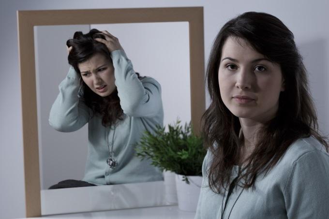 девушка у зеркала с отражением