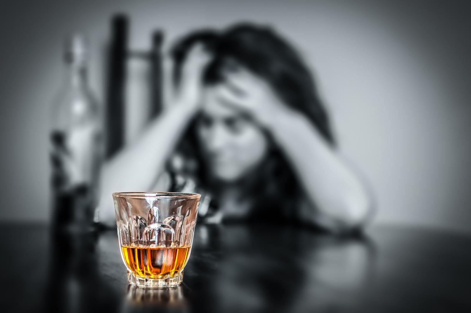 стакан с алкоголем и женщина