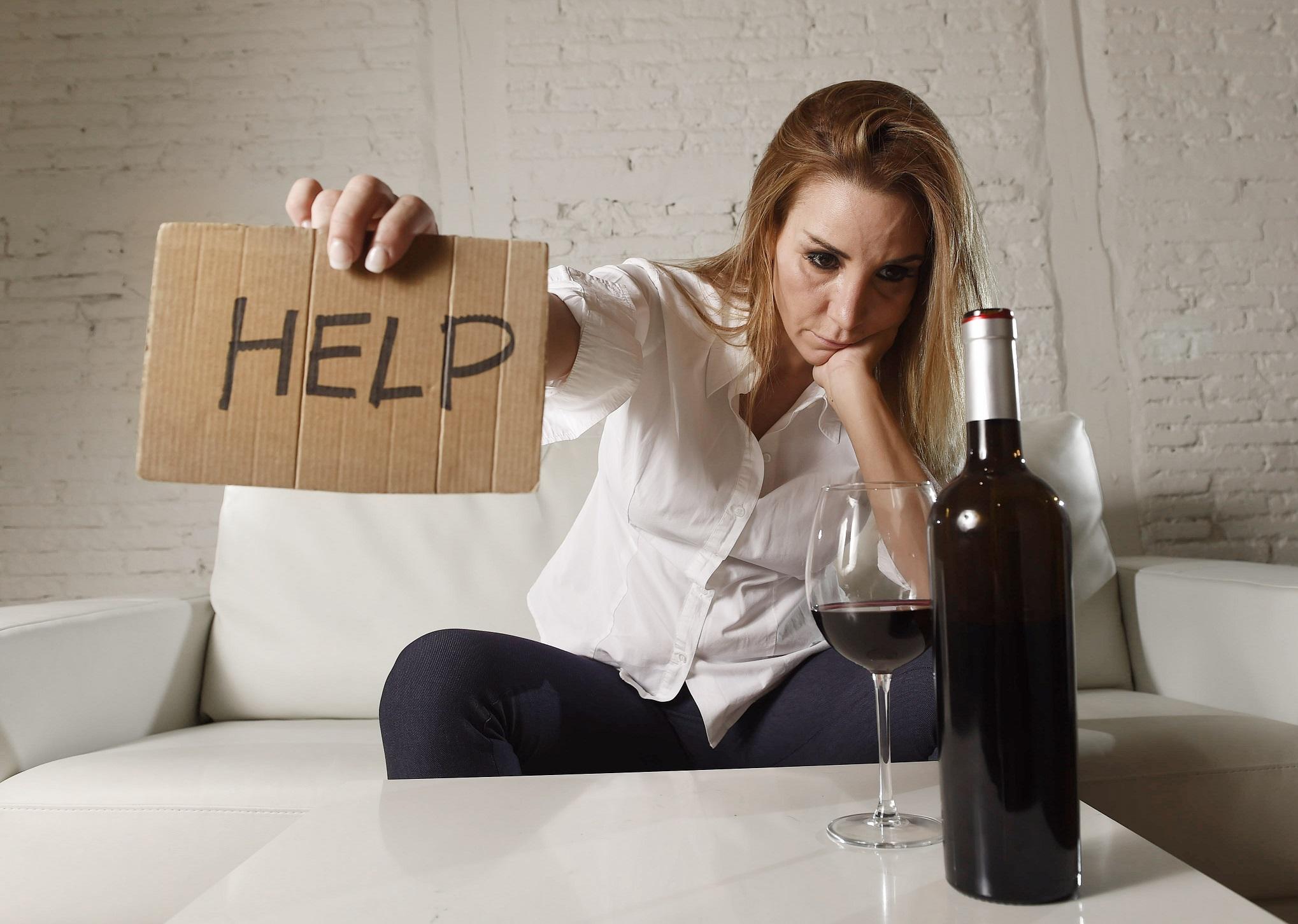 женщина с бутылкой просит о помощи