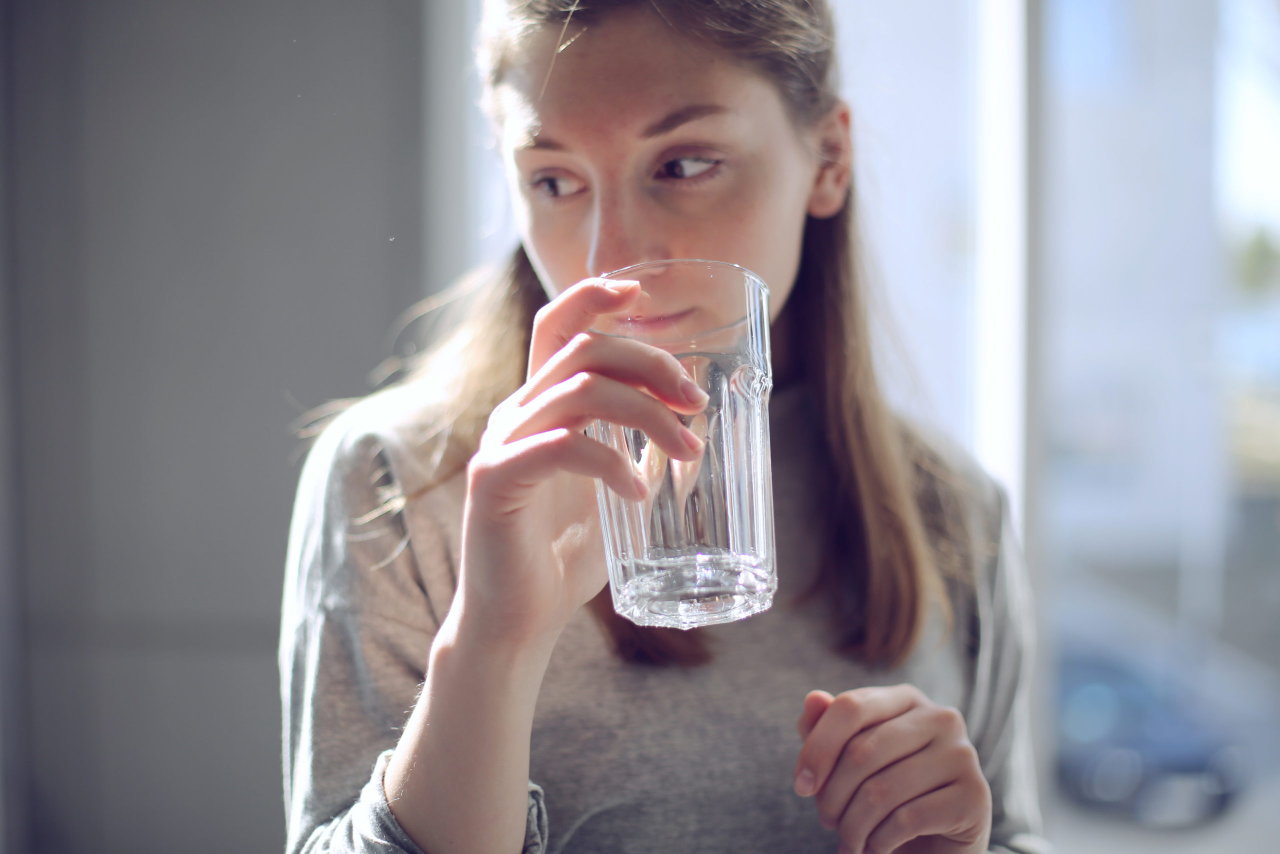 девушка держит стакан