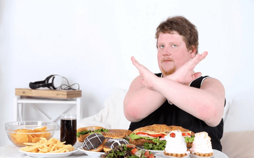 полный мужчина и вредная еда