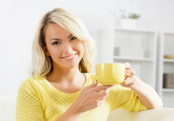 женщина с чашкой