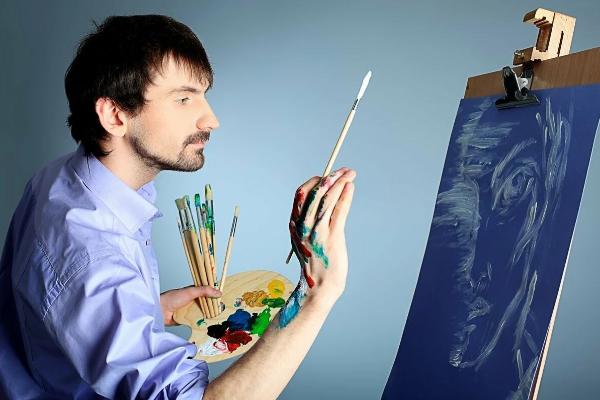 мужчина рисует