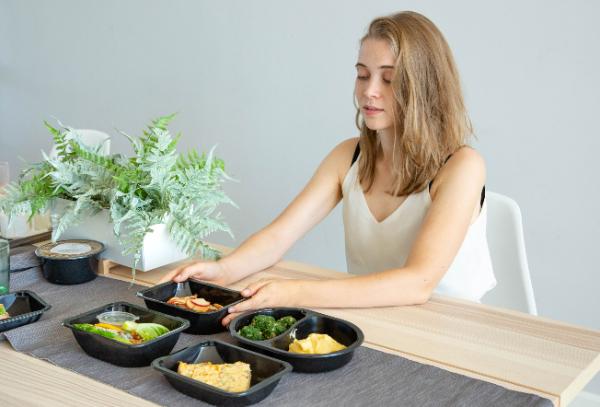 еда и женщина